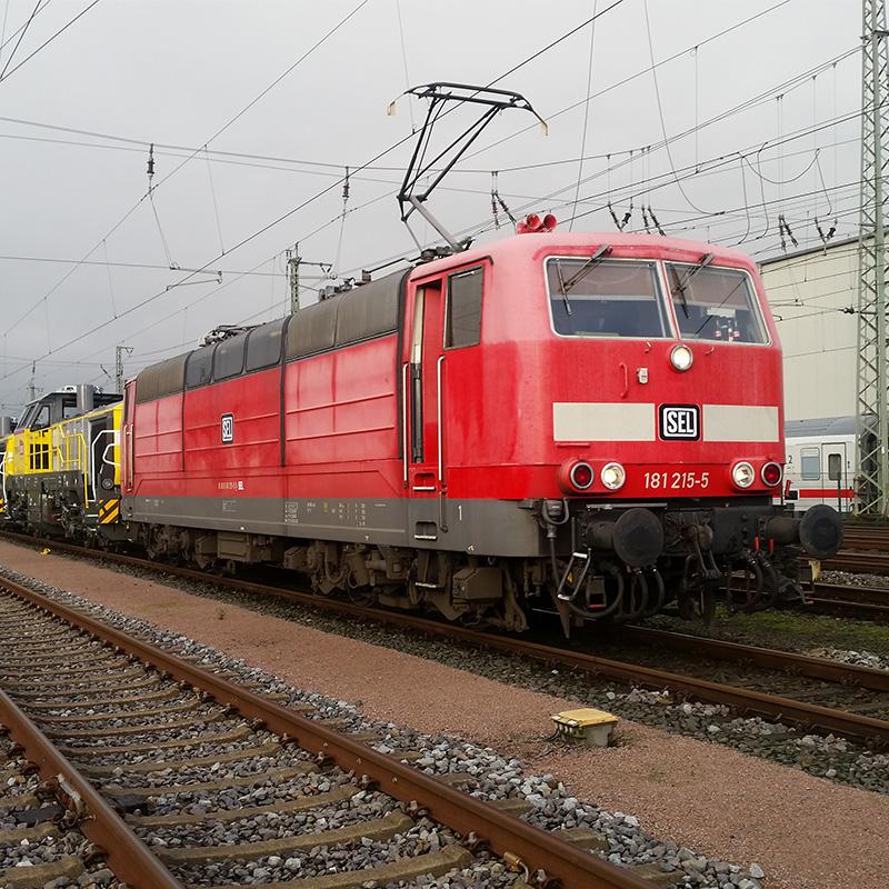 Der erste Einsatz der Baureihe 181.2 in privater Hand. Überführung in Zusammenarbeit mit NordLiner Eisenbahngesellschaft von zwei neuen DE18 für die SNCF von Vossloh in Kiel nach Pierre-des-Corps (Frankreich). Hier die Übernahme der Loks in Neumünster Gbf. am 04.11.2019. Foto: Martin Schlünß
